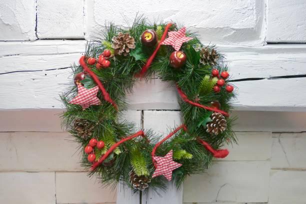 白い木の壁に掛かっているクリスマス リース - リース ストックフォトと画像