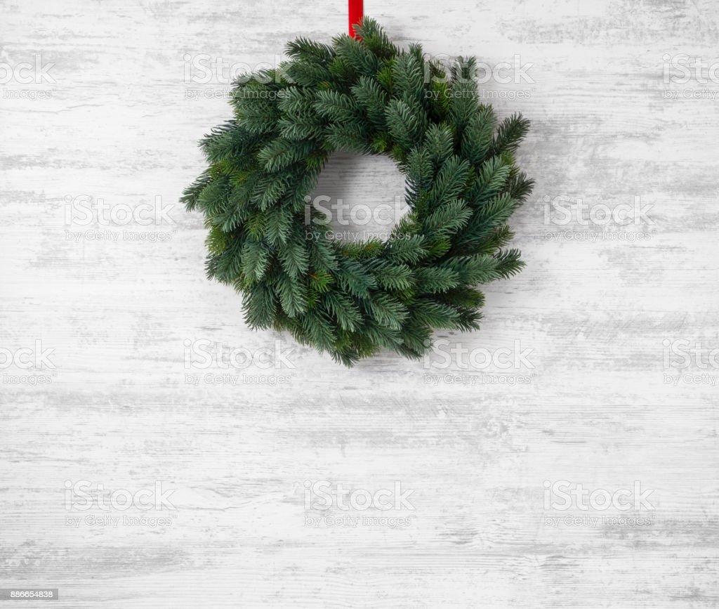 Christmas Krans hängande på trä bakgrund bildbanksfoto