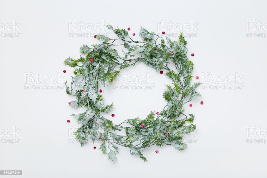 Christmas Krans gjord av holly växt med bär, platt låg bildbanksfoto