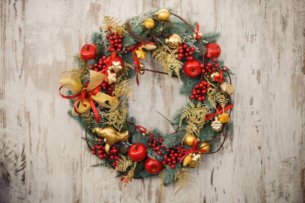 christmas wreath on a rustic wooden front door. - wieniec zdjęcia i obrazy z banku zdjęć