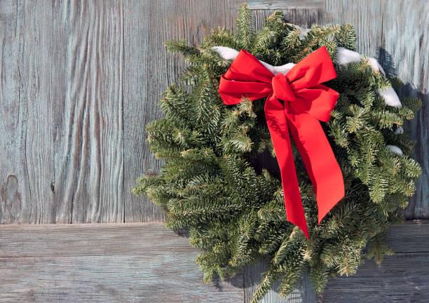 weihnachten kranz auf eine hölzerne tür - türbänder stock-fotos und bilder