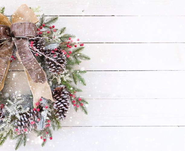 Weihnachtskranz auf einem alten weißen Holz Hintergrund – Foto