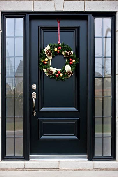 weihnachten kranz auf schwarzen tür - deko hauseingang weihnachten stock-fotos und bilder