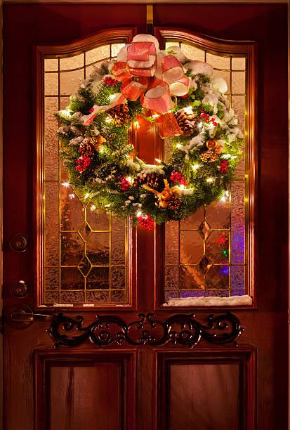 weihnachtskranz an der tür - türbänder stock-fotos und bilder