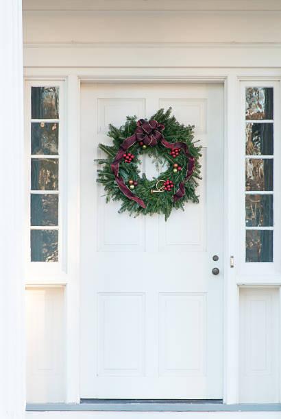christmas wreath on old door - türbänder stock-fotos und bilder