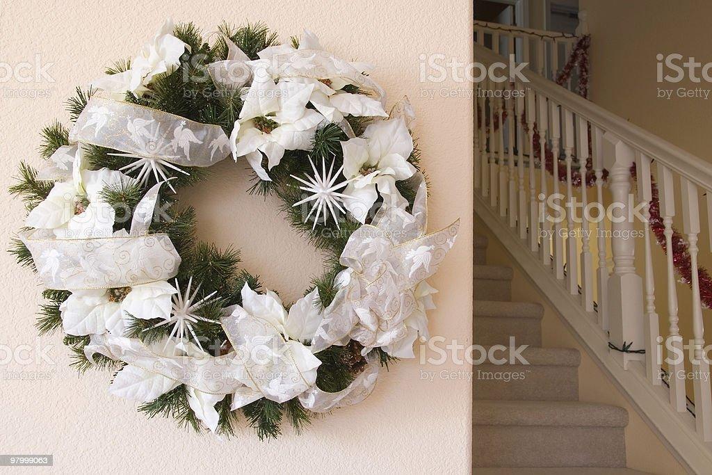 Christmas wreath on the wall royalty free stockfoto