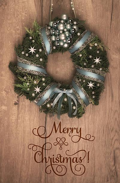 christmas wreath on wooden door, text space - buchstabentür kränze stock-fotos und bilder
