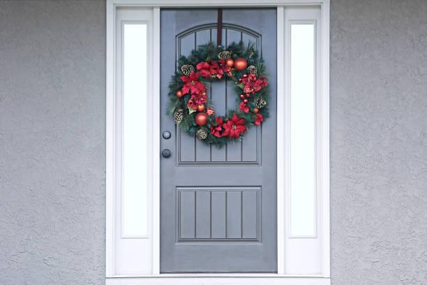 weihnachtswut silberne vordertür - moderner dekor für ferienhaus stock-fotos und bilder
