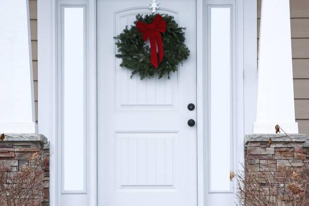 weihnachtliche wabenhunde weiße front tür - moderner dekor für ferienhaus stock-fotos und bilder