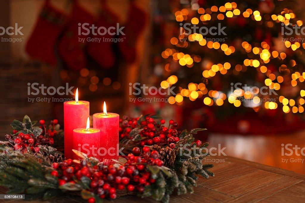 Weihnachtskranz mit brennenden Rote Kerzen in ein eingerichtetes Zimmer – Foto