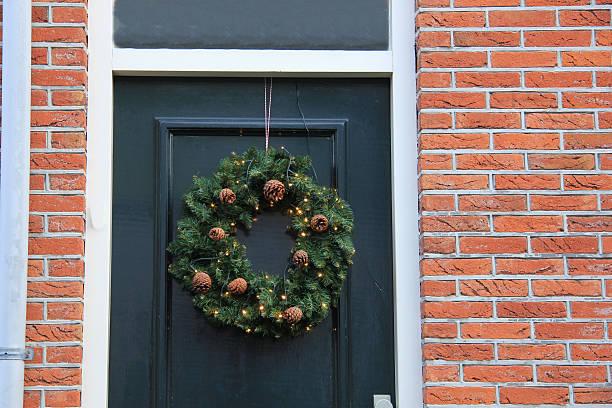 christmas wreath with decorations - türbänder stock-fotos und bilder