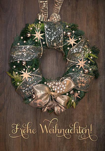 weihnachtskranz mit goldene dekoration auf holz - buchstabentür kränze stock-fotos und bilder