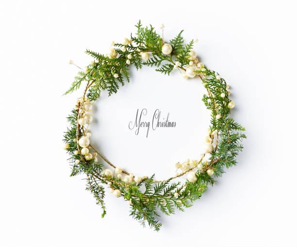 クリスマス リース自然 evegreen 小枝。flatlay。コピー スペース - リース ストックフォトと画像
