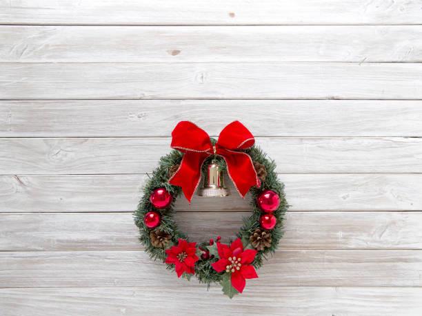 adventskranz mit roter schleife auf rustikalen holz alt weiß - buchstabentür kränze stock-fotos und bilder