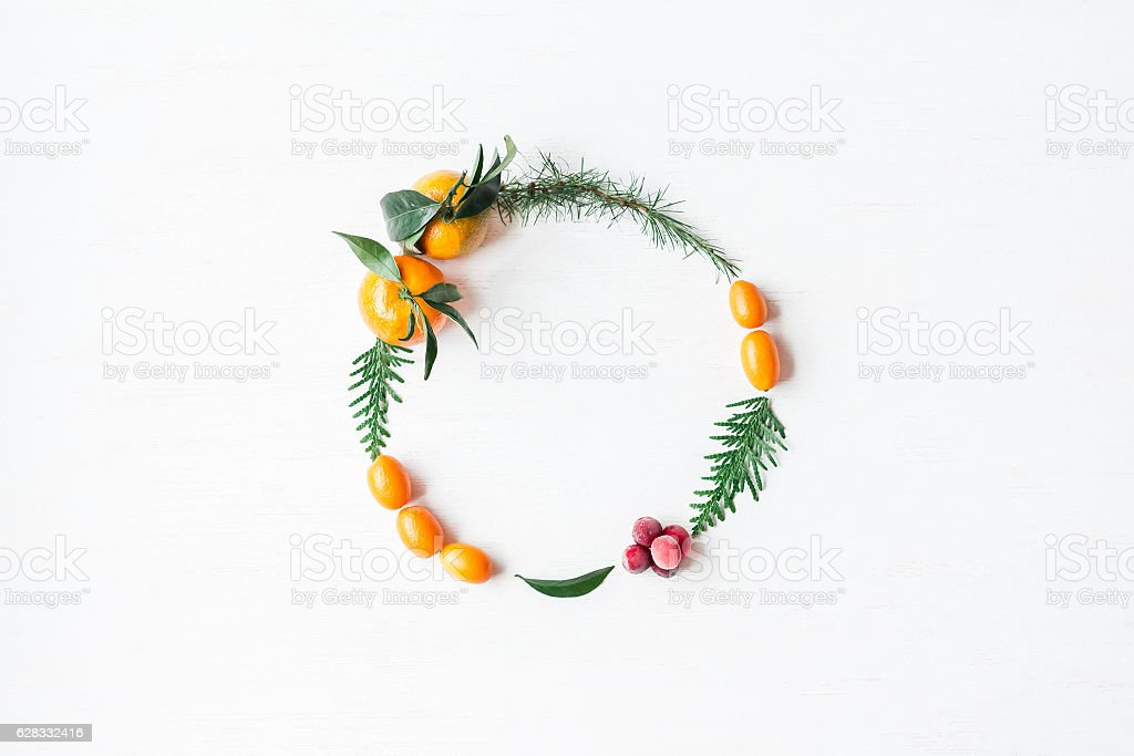 Christmas wreath with tangerines, cranberries, thuja branches, kumquats – Foto