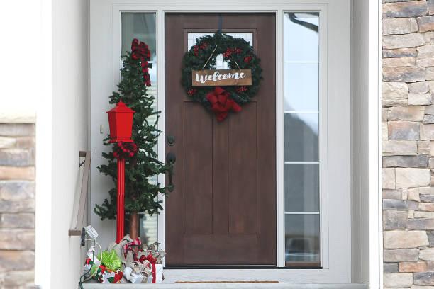 weihnachtliche waldkerne - moderner dekor für ferienhaus stock-fotos und bilder