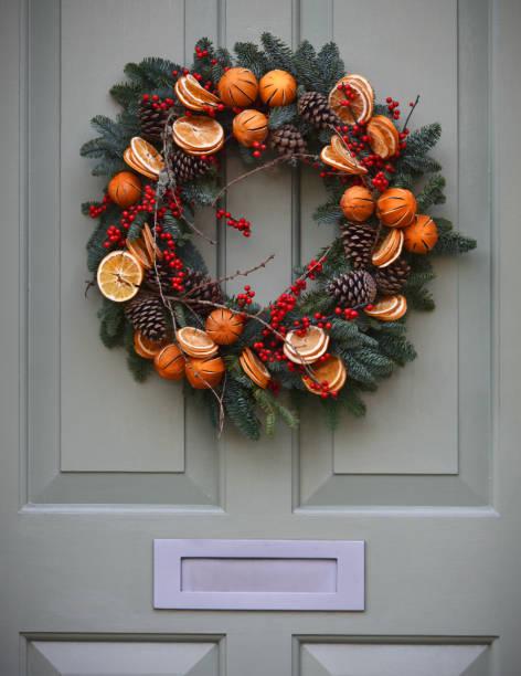 weihnachtskranz yule tür - türdeko stock-fotos und bilder