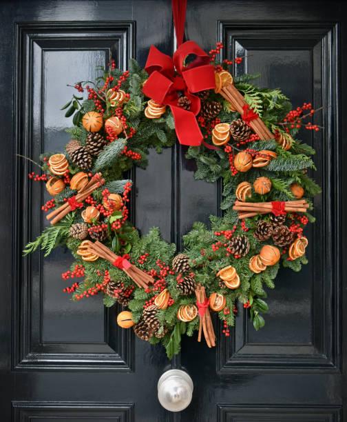 yule weihnachten kranz - deko hauseingang weihnachten stock-fotos und bilder