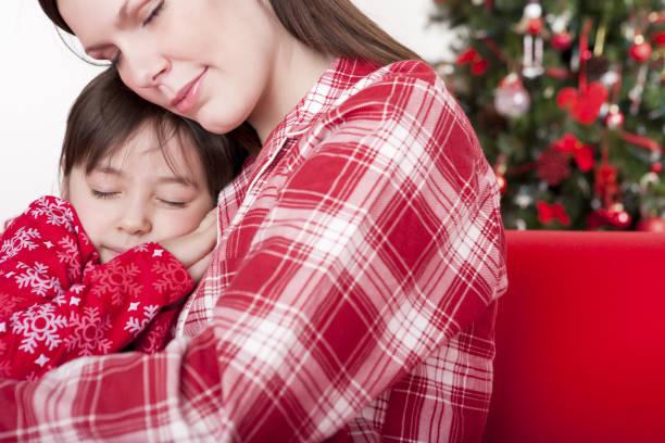 christmas-mutter und tochter schlafen - weihnachten 7 jährige stock-fotos und bilder