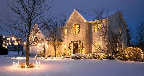 christmassy hause mit festlichen urlaubs-beleuchtung und schnee - weihnachtlich beleuchtete häuser stock-fotos und bilder