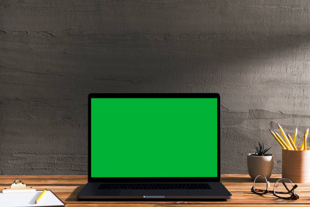 chroma key groen scherm laptop op tafel. - green screen stockfoto's en -beelden