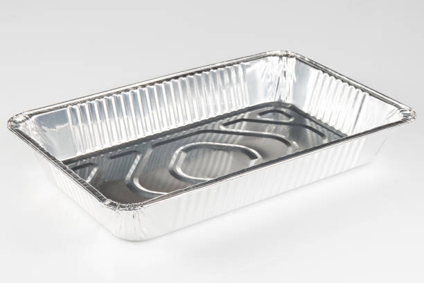 ein chrom-aluminium-tablett, lebensmittel auf einem weißen hintergrund zu erhalten - aluminiumkiste stock-fotos und bilder