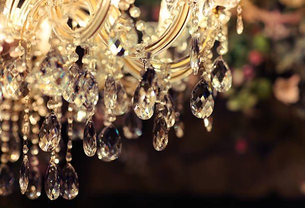 chrystal chandelier close-up - kroonluchter stockfoto's en -beelden