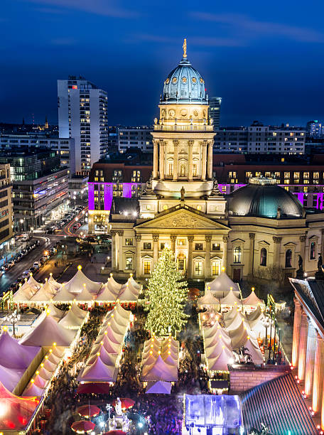 chtristmas maket gendarmenmarkt in berlin - weihnachtsmarkt am gendarmenmarkt stock-fotos und bilder