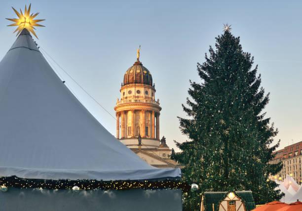 chtristmas markt in gandarmenmarkt in berlin - weihnachtsmarkt am gendarmenmarkt stock-fotos und bilder