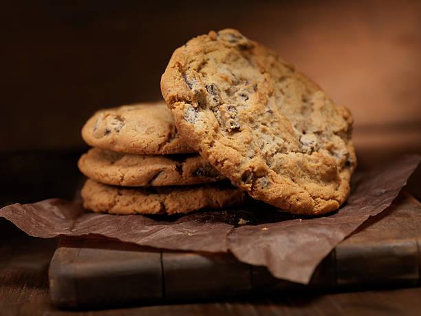 chunky chocolate chip cookie - kauwgomachtig stockfoto's en -beelden