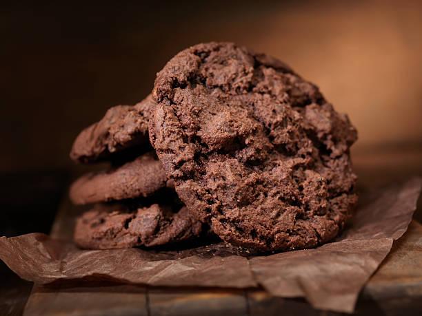 grob schokolade cookies - schokoladenplätzchen stock-fotos und bilder
