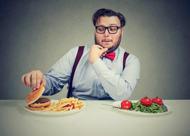 hamburguer delicioso de homem robusto desejo - junk food - fotografias e filmes do acervo