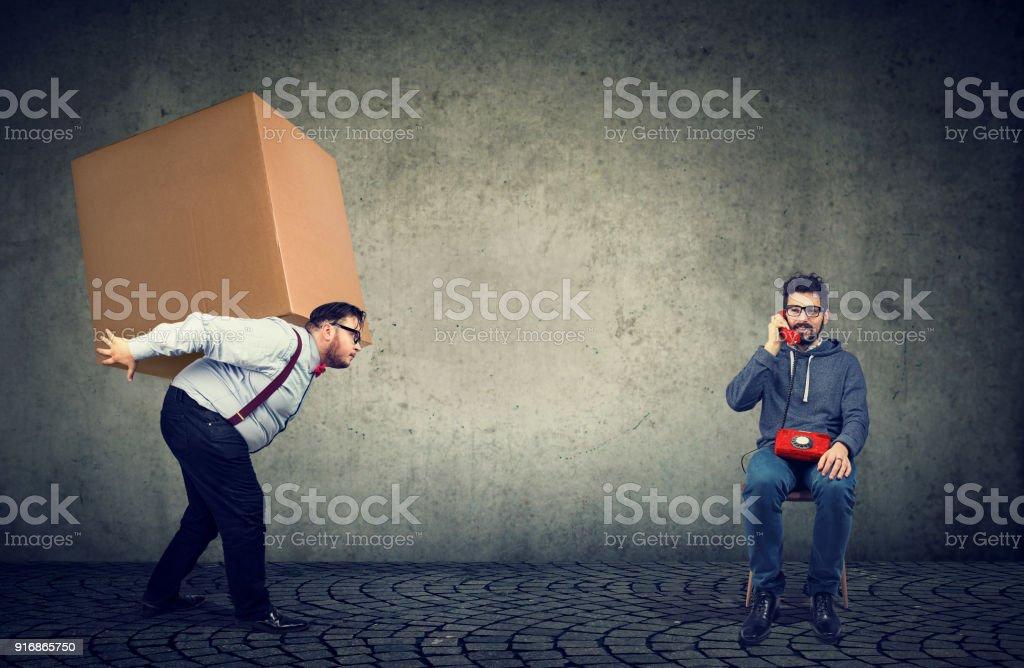 Klobige Mann Mann Box bereitzustellen – Foto