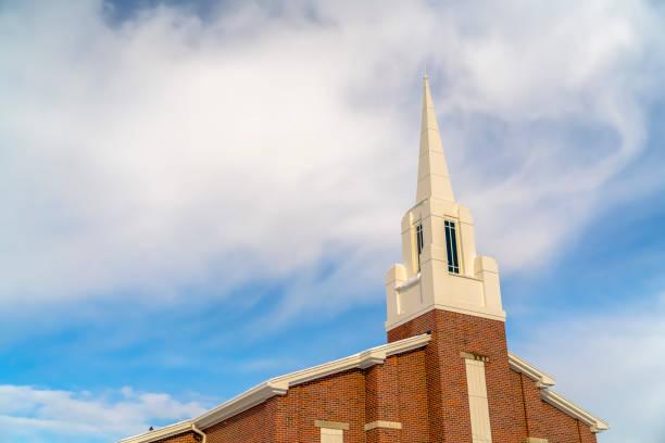 kirche gegen heiteren himmel in eagle mountain in utah - kirchturmspitze stock-fotos und bilder