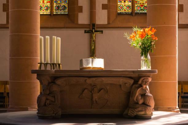 Altar der Kirche Kreuz Bibel Pflanzen enger Dekoration religiösen katholischen – Foto