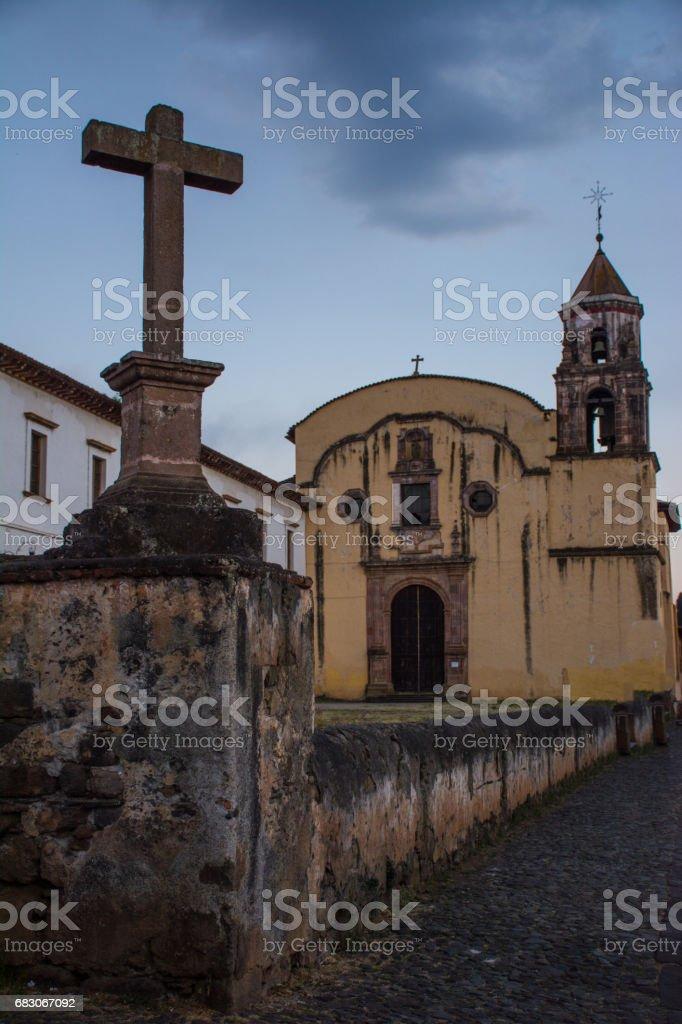 Church and Cross in Patzcuaro. foto de stock royalty-free