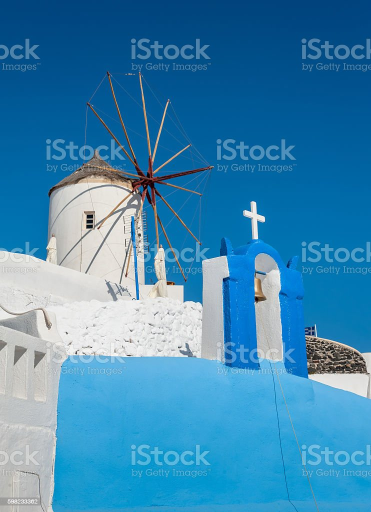 Church and windmill in Oia - Santorini foto royalty-free