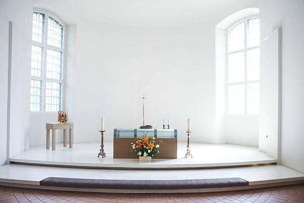 kirche, bevor eine hochzeitszeremonie - altar stock-fotos und bilder