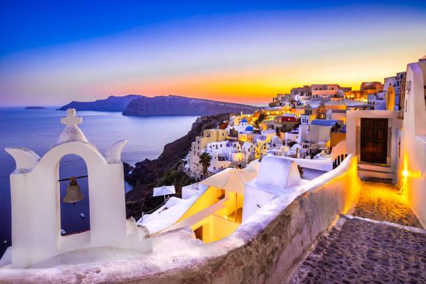 kyrkans klockor en solnedgång, oia, santorini, grekland - grekiska övärlden bildbanksfoton och bilder