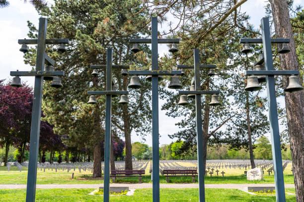 Kirchenglocken auf Masten, auf dem deutschen Kriegsfriedhof in den Niederlanden. – Foto