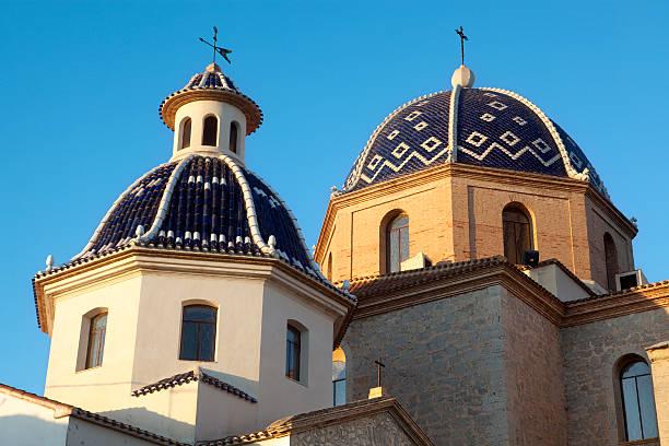 Iglesia cúpulas en Altea la ciudad - foto de stock