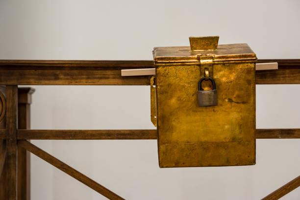 Kirche Spende Box russischen Metall Lox Petina Beschichtung alte hölzerne Taschengeld Sammlung religiöser – Foto