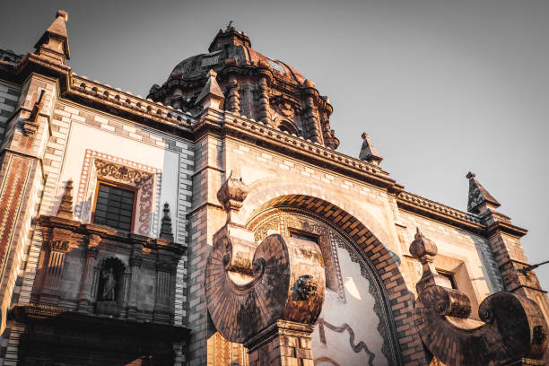 una iglesia en querétaro, méxico - queretaro fotografías e imágenes de stock