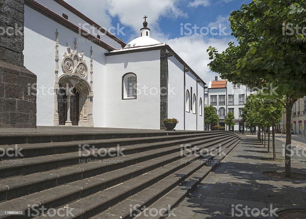 Iglesia en favor de las Azores junto a la calle foto de stock libre de derechos