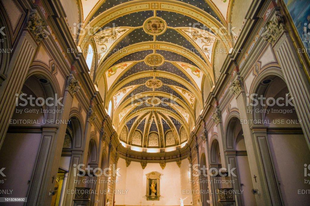 Intérieur de l'église de Sant Vicenc à Tossa de Mar. Illuminated dôme église.  Chapelle avec une statue de la mère de Dieu dans le centre ville. - Photo