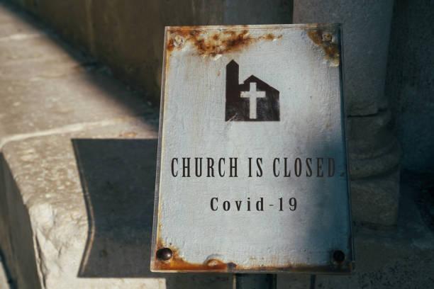 教会は閉じられた看板です。コロナウイルスの流行による教会サービスのキャンセル。covid-19の影響を受けた教会と宗教。家の概念を維持 - 教会 ストックフォトと画像