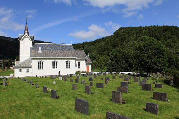 kirche.  norwegen.  snillfjord - waldfriedhof stock-fotos und bilder