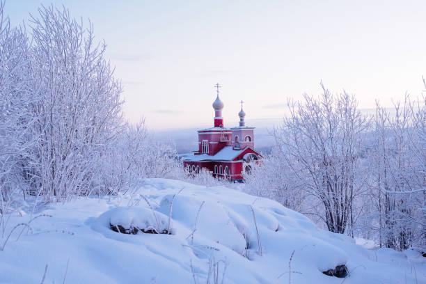 Murmansk, Russland - 28. Dezember 2017: Kirche Allerheiligen im Schnee von Murmansk. Russland – Foto