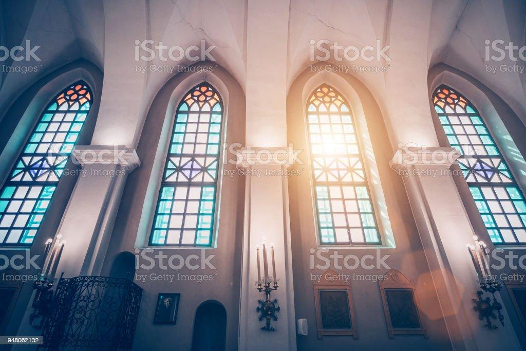 神聖的三位一體教堂也被稱為聖 Roch 在金山是一個羅馬天主教教會在明斯克, 彩色玻璃窗口和陽光的看法通過他們 - 免版稅十字架圖庫照片