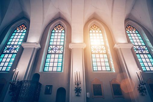 神聖的三位一體教堂也被稱為聖 Roch 在金山是一個羅馬天主教教會在明斯克 彩色玻璃窗口和陽光的看法通過他們 照片檔及更多 十字架 照片